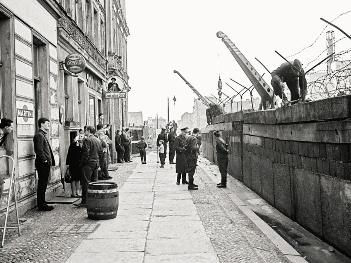 фото возведения берлинской стены камеры наружного наблюдения